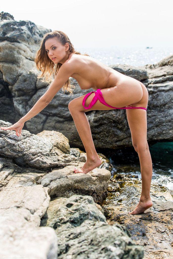 Голая на пляже сводит всех с ума