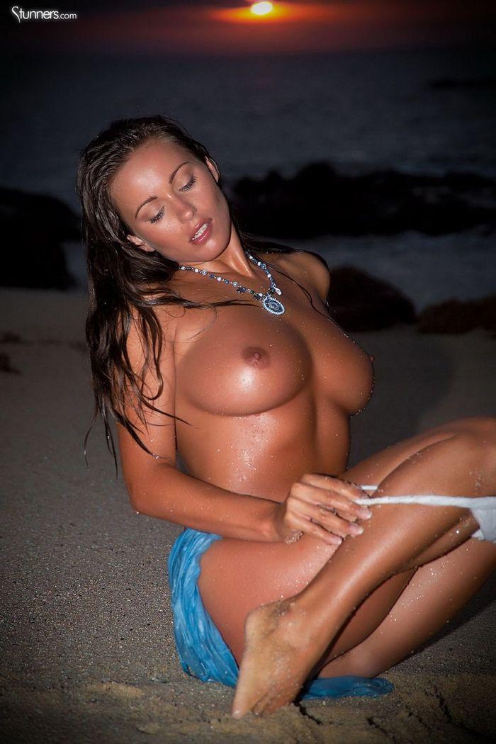 Busty Shaved Brunette Kyla Cole with Massive Tits 4 1 1 Сиськи крупным планом загорелой куколки