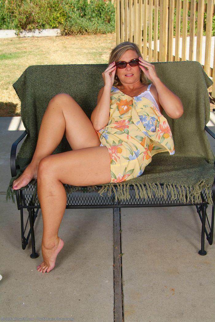Mature Blonde MILF with Natural Tits Wearing Sunglasses 11 1 Под юбкой у зрелой спрятана бритая писька