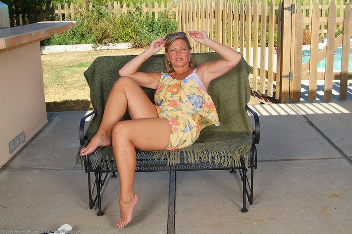 Mature Blonde MILF with Natural Tits Wearing Sunglasses 12 1 1 Под юбкой у зрелой спрятана бритая писька
