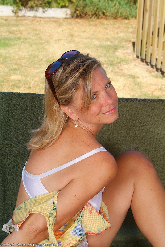 Mature Blonde MILF with Natural Tits Wearing Sunglasses 18 1 Под юбкой у зрелой спрятана бритая писька