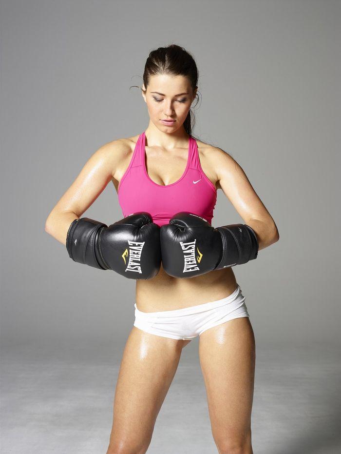 Голая фитнес модель показывает свое тело