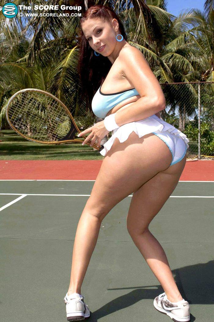 Позирует голая на теннисном корте