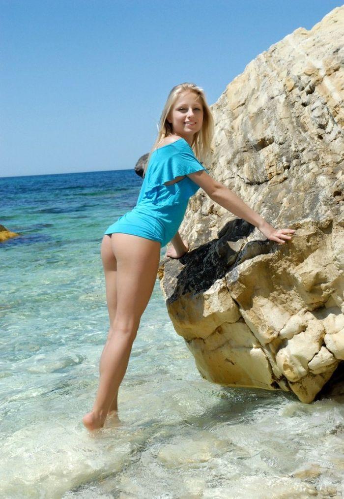 Shaved Petite Blonde Gerra A with Landing Strip 3 1 Писька на пляже с выбритым островком на лобке