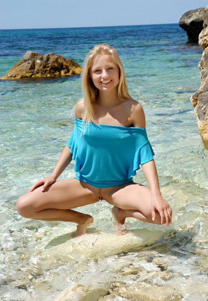 Shaved Petite Blonde Gerra A with Landing Strip 9 1 Писька на пляже с выбритым островком на лобке