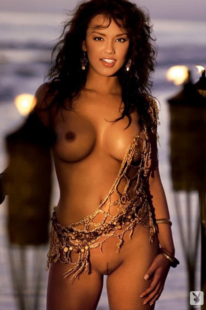 Голая девушка модель с загорелым превосходным телом