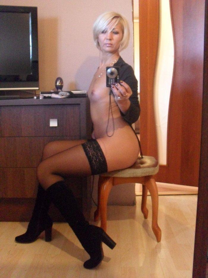 3684 1 Зрелая женщина в трусах и чулках позирует перед зеркалом