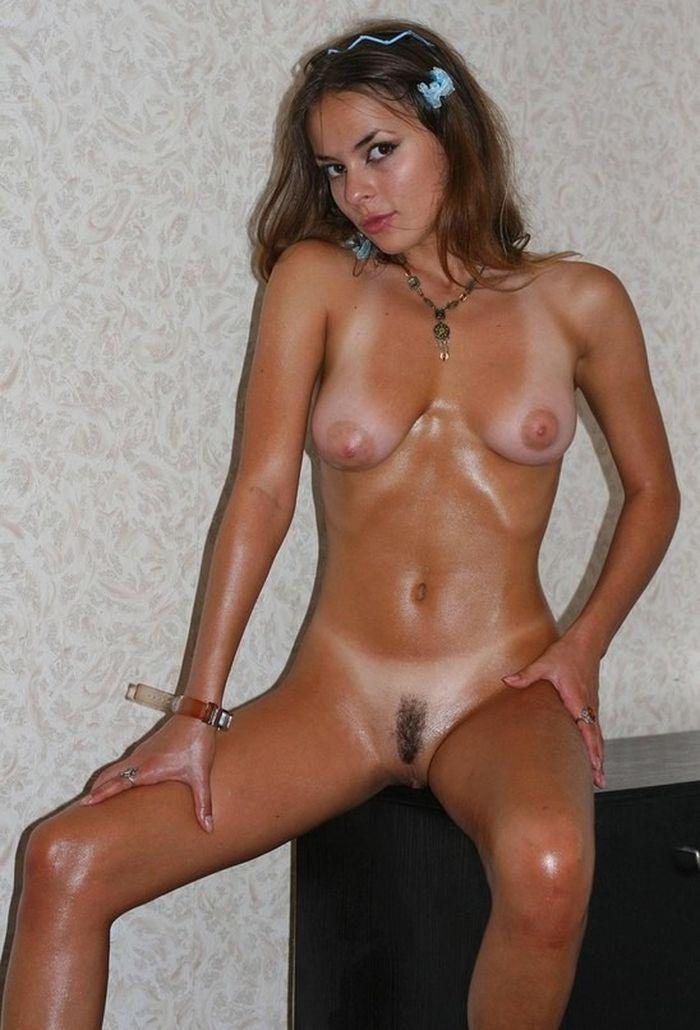 Красивая эротическая девушка позирует для любимого