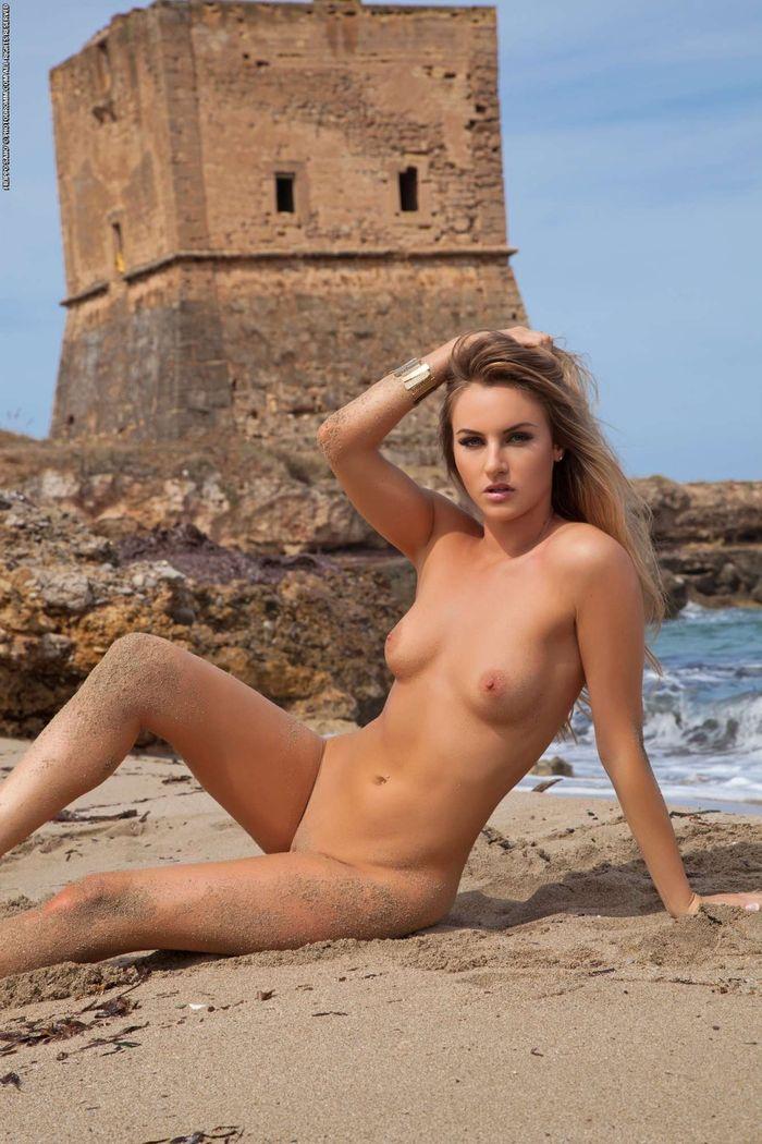 Shaved Natasha Anastasia from Photodromm Wearing Bikini 19 1 Голая на пляже решила засветить свои классные сиськи