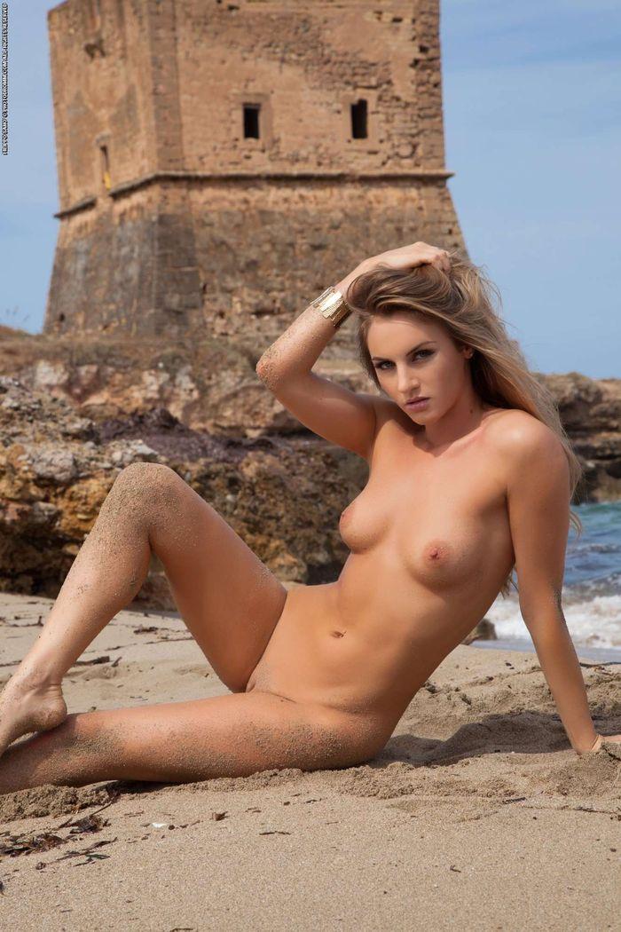 Shaved Natasha Anastasia from Photodromm Wearing Bikini 20 1 Голая на пляже решила засветить свои классные сиськи