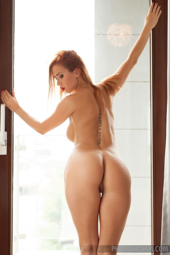 Teen Redhead Babe Justyna with Big Tits from Photodromm 12 1 Модель с большой грудью красиво позирует