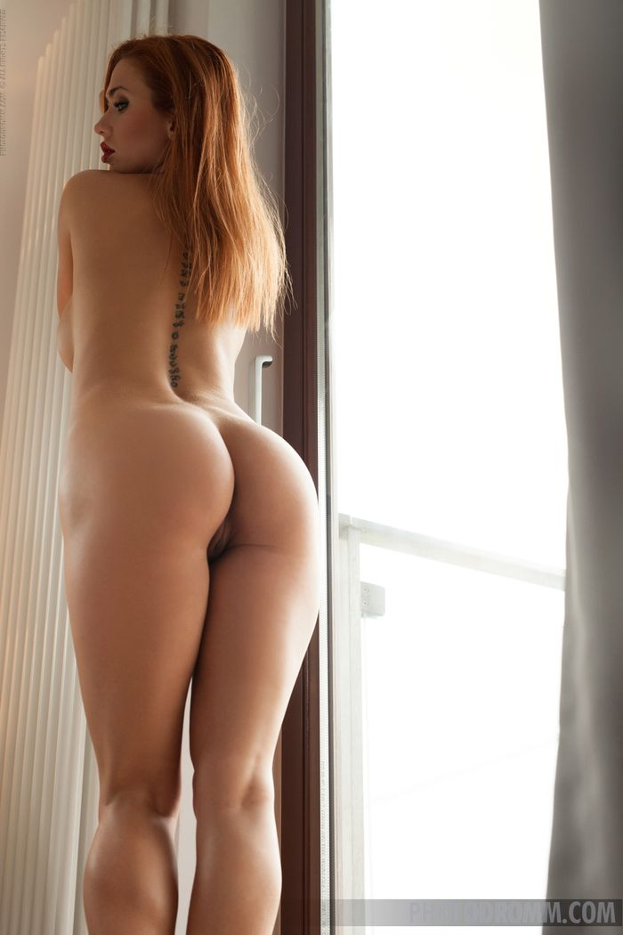 Teen Redhead Babe Justyna with Big Tits from Photodromm 8 1 Модель с большой грудью красиво позирует