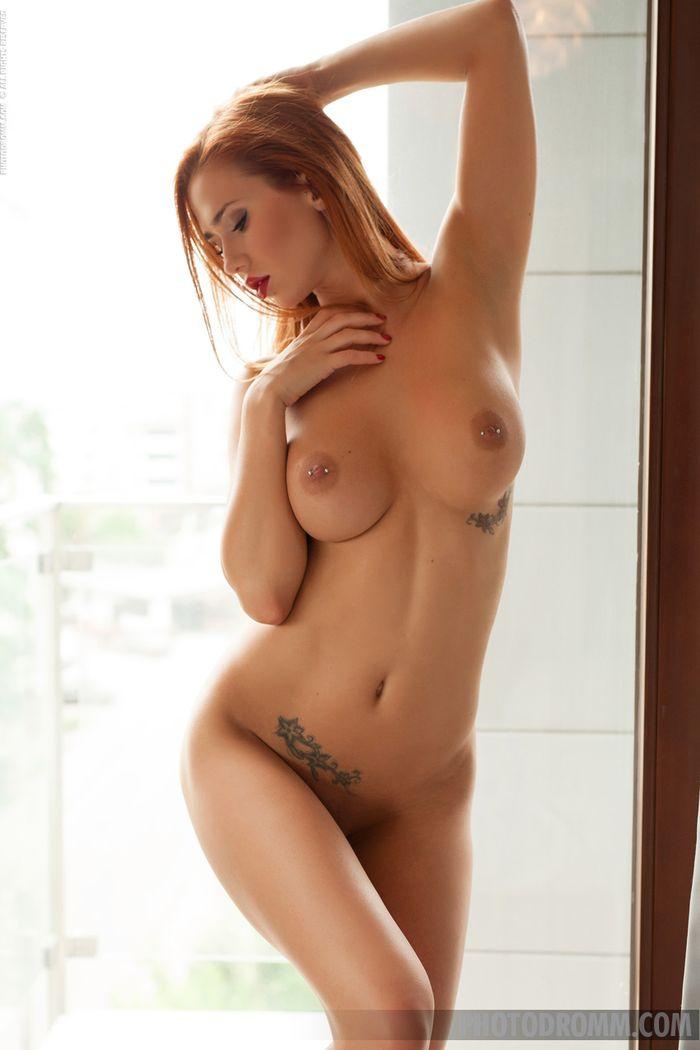 Teen Redhead Babe Justyna with Big Tits from Photodromm 9 1 Модель с большой грудью красиво позирует