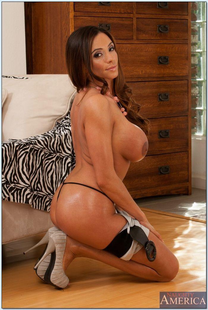 Зрелые женщины любят демонстрировать свои красивые тела