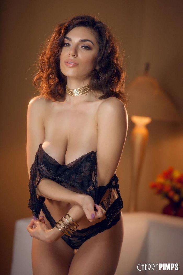Эротические фото красивой сисястой брюнетки