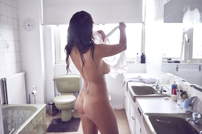 Девушка без трусиков позирует у зеркала